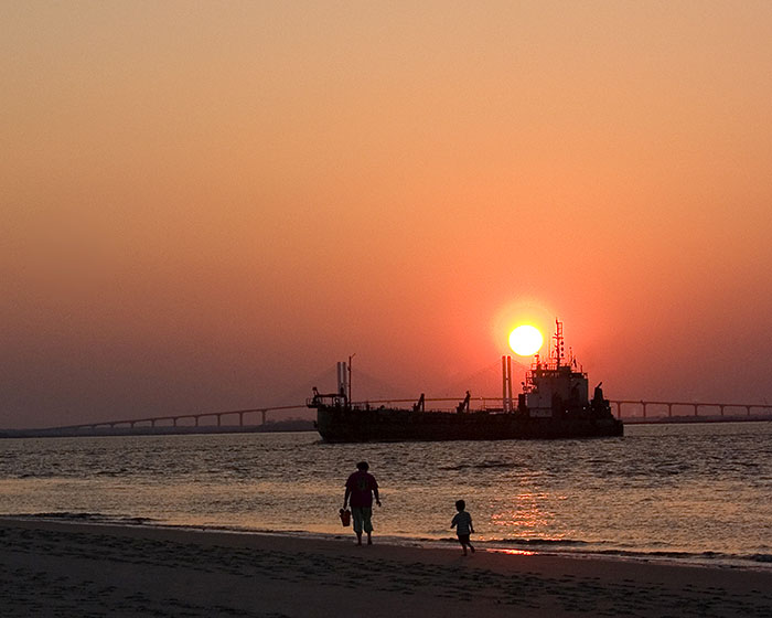 20060915181358_orangeboatandbridge_w.jpg
